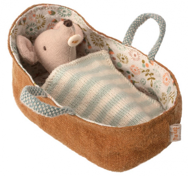 Maileg Mäuse: Baby Mouse in Carrycot-blau